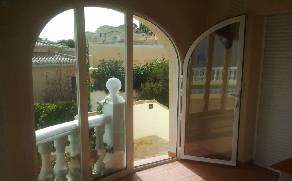 Arched unit in a bay with side door