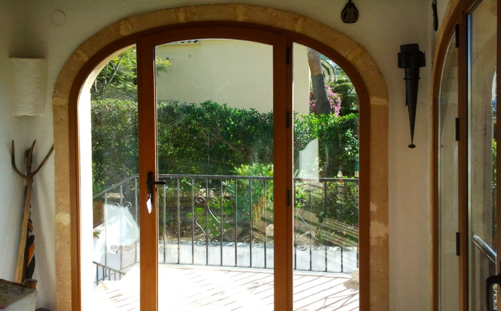 Single opening door in wood grain Aluminium
